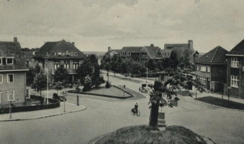Bron: Rijckheyt.nl | Kruispunt Kerkraderweg-Hofdijkstraat-Molenberglaan-Joost van Vondelstraat. Op de achtergrond de Broederschool. (ca. 1940)