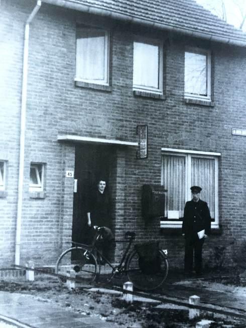 De ouders van schrijver Chris Baltus. 1950: Zijn vader in uniform van de PTT.