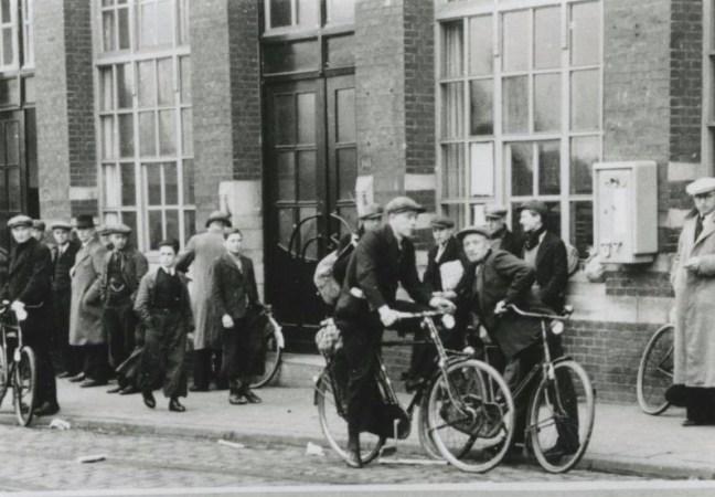 Bron: Reijckheyt   Mijnwerkers op de fiets