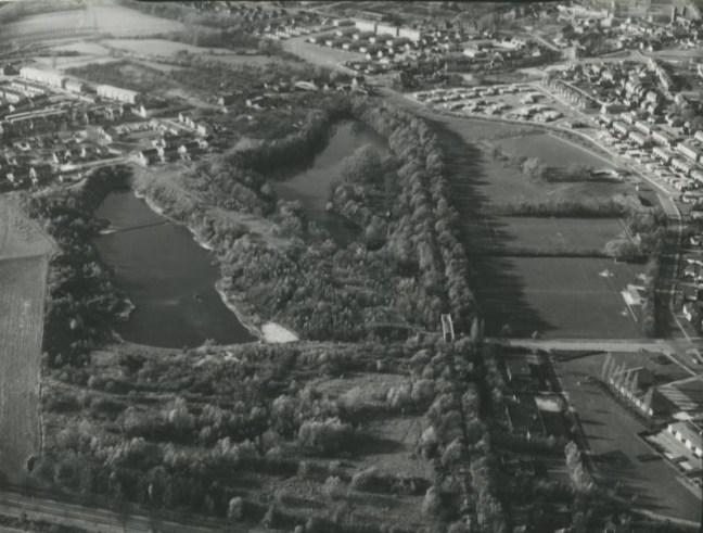 Bron: Rijckheyt | Luchtfoto met links de visvijver van HSV Heksenberg. De vijver werd begin jaren 70 met een brug doorsneden. Rechts Blankevoort, alleen toegankelijk met toestemming van de eigenaresse. Rechts bovenin zwommen enorme karpers. Rechts van beide vijvers de spoorbaan die de ON IV met de ON III verbond.