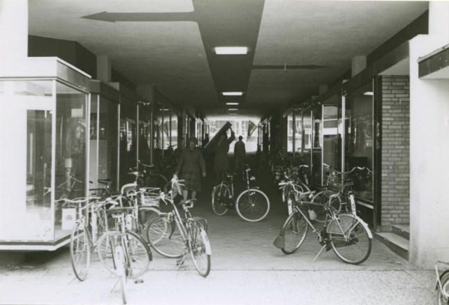 Bron: Rijckheyt | De Passage in 1976. De tweede pijl geeft de ingang van de Openbare Bibliotheek aan. Foto uit mijn laatste jaar in Heerlen.