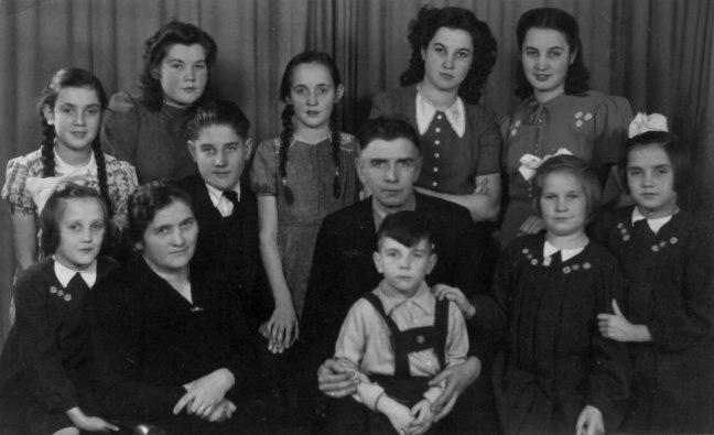Op de foto, staand vlnr: Gerda - Riet - Emiel - Trees - Gerard Schoutrop - Mien - Annie zittend vlnr: Josee - Anna Schoutrop-Devooi - Jan - Jules - Gonnie alleen de jongste kinderen (Josee, Jan, Jules en Gonnie) zijn nog in leven.