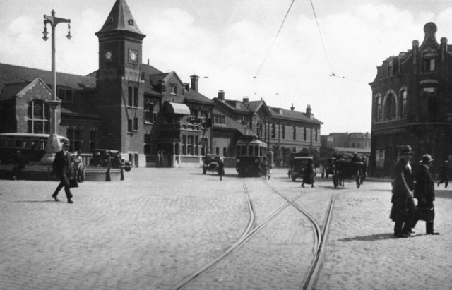 Tram en tramrails op het stationsplein