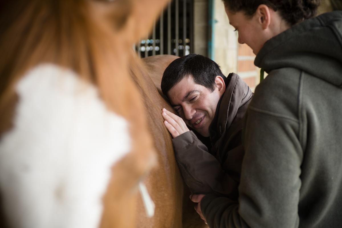 Reportage sur une séance d'equitherapie dans un centre equestre