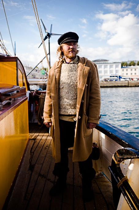 Jorne Langlelaan, capitaine du Tres Hombres sur le pont de son navire à Brest.