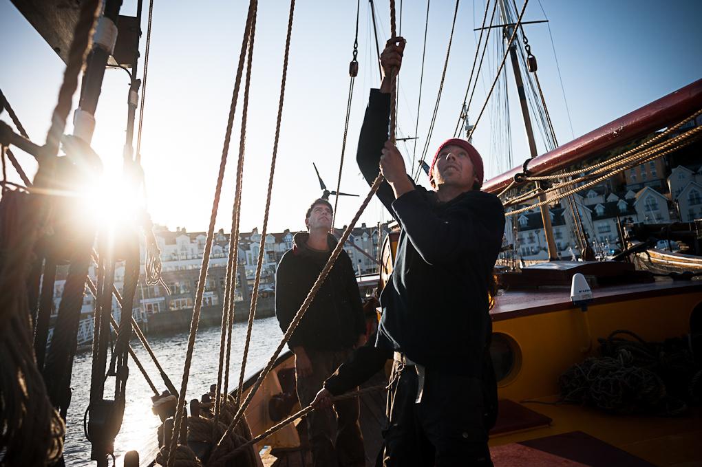 Pour sortir du port, tout l'équipage est mobilisé afin de hisser les voiles