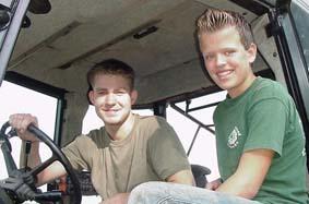 Thomas vd Paalen en Roy Gerlings, uit Leende rijden de gerooide aardappelen van het veld naar de verzamelplaats.