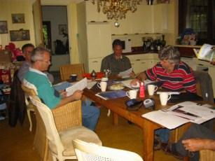 Voorlichting door Karel Voets (rechts op de foto) van het Brabants Landschap, tijdens de oprichtingsvergadering van de Steenuilenwerkgroep Vlnr: Erik van Asten (webbeheerder HHH), Wim v Asten, Adrew Webb en Karel Voets van Brabants Landschap