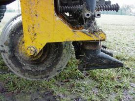 Bij zodebemesten wordt de mest toegediend in sleufjes in de grond.