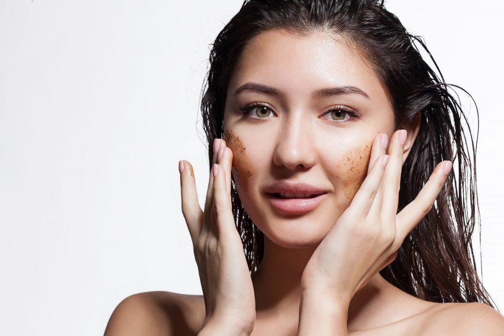 Ein sanftes Peeling hat viele positive Effekte auf die Haut und sollte daher regelmäßig zum Einsatz kommen. (Bild: deniskomarov/fotolia.com)