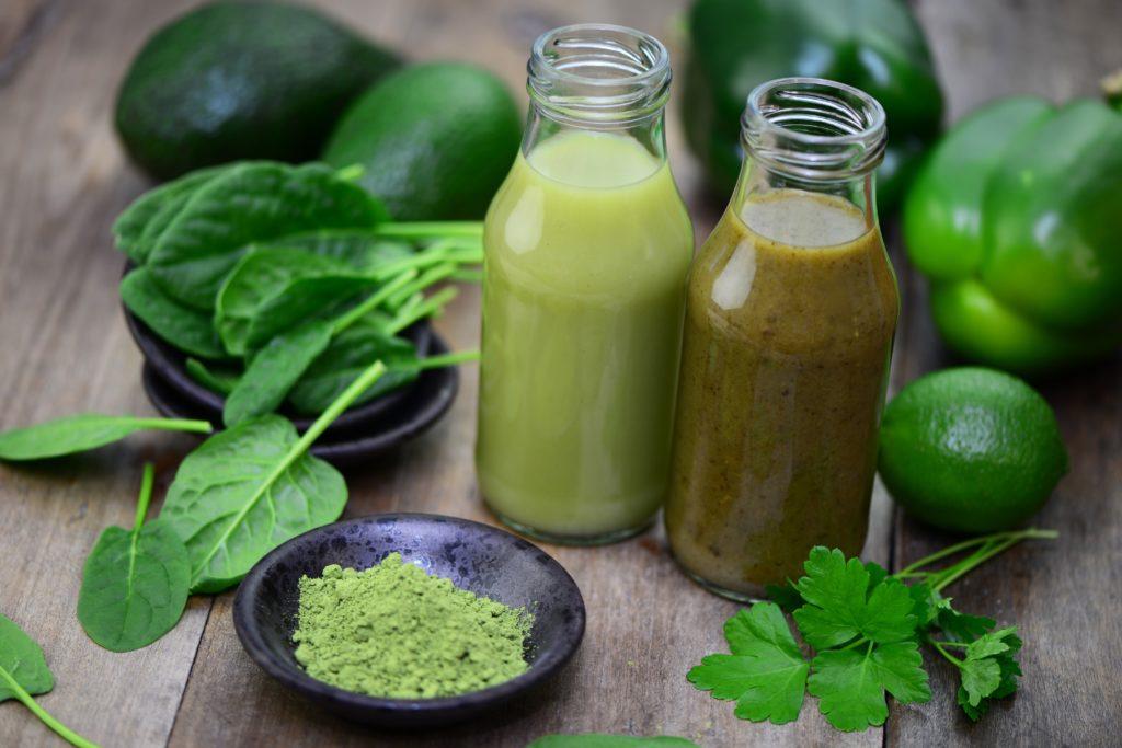 Blattgemüse wie Rucola oder Spinat gilt bislang wegen seines Nitratgehalts oft als problematisch. Eine neue Studie zeigte nun jedoch, dass Nitrat aus Gemüsesaft gegen Zahnfleischentzündungen helfen kann. (Bild: Printemps/fotolia.com)