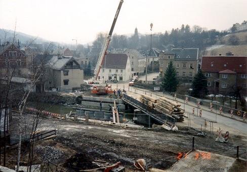21. März 1996. Baubeginn der Behelfsbrücke. Vom Grundstück Hauptstraße 67 (Zauge) wurde für die Dauer der Baumaßnahmen ein größeres Teilstück als Fahrbahn und Brückenauflage genutzt.