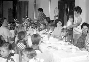 Frauentagsfeier mit Patenklasse im Postamt Einsiedel in den 80er Jahren.