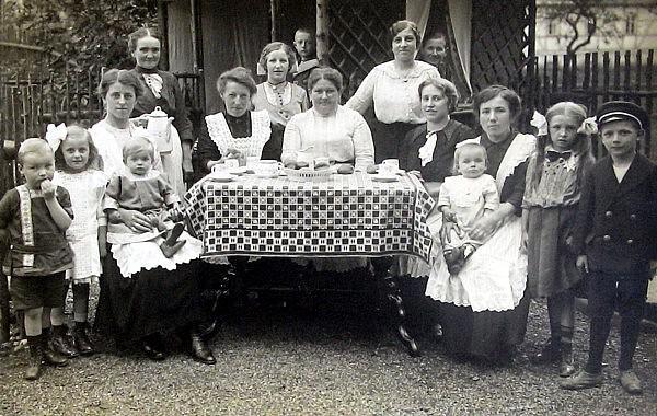 Im garten von Seydelstraße 14 um 1914