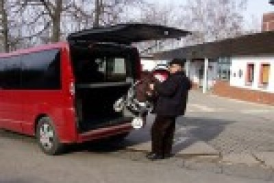 Busfahrer hebt syrischen Buggy in das Fahrzeug, während der Syrer keinen Finger rührt.