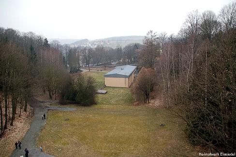Die Pumpenhalle von der Staumauer aus gesehen 2009