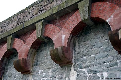 Schmuckbögen an der Staumauer