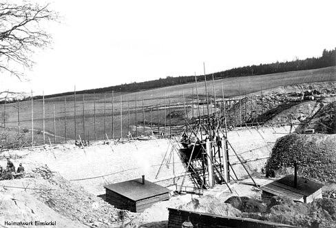 Staumauer im Bau (Außenseite)