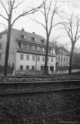 Hauptstraße 1 mit doppeltem Gleis