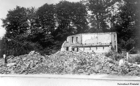 Die durch eine Sprengbombe zerstörte Stellmacherei Reichel in Einsiedel 1945