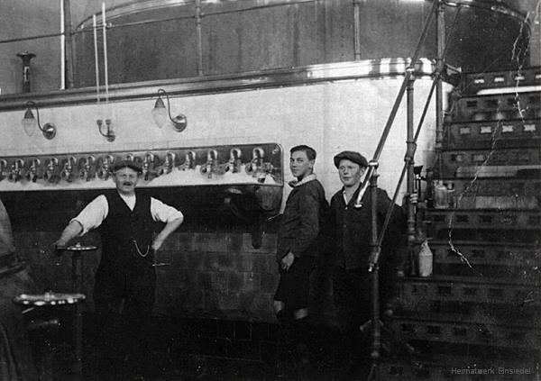 1. Einsiedler Biersieder Hugo Thiele mit dem Gymnasiasten Rudolf Schwalbe (Enkel des Firmengründer) und dem Lehrling Rudolf Claus im Sudhaus um 1929