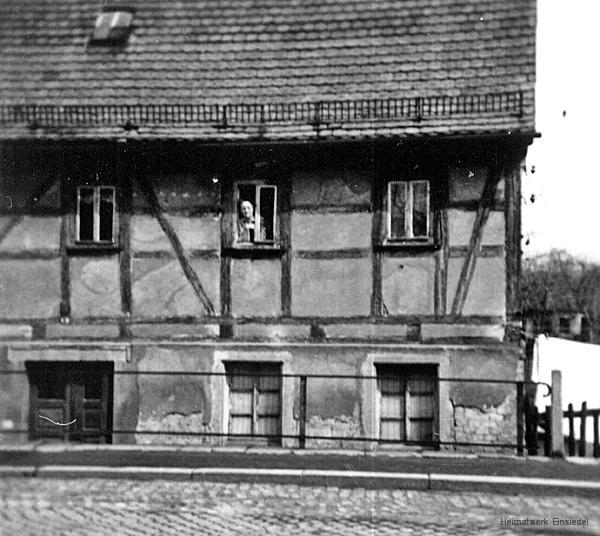 Das Roscher-Häusel liegt deutlich unter Straßenniveau