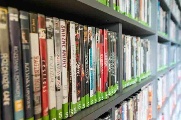 Viele DVDs in einem Regal