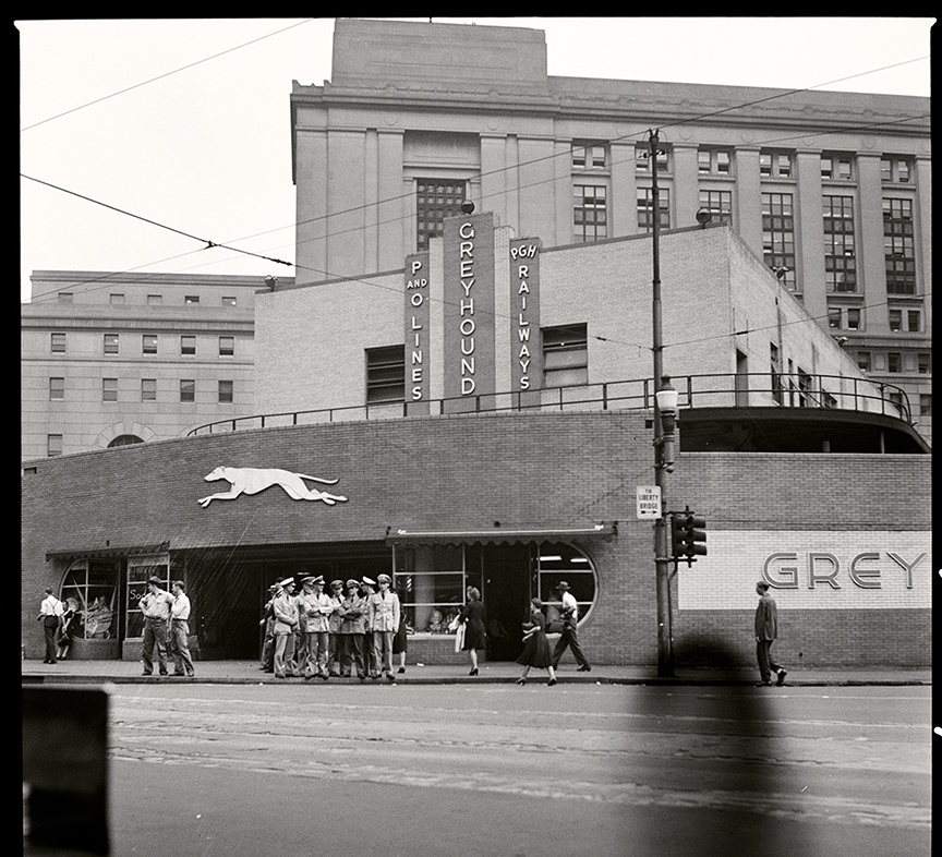 The main entrance of Pittsburgh's Greyhound station faced Liberty Avenue; beyond it is the new U.S. Post Office and Federal Courthouse, 1943.
