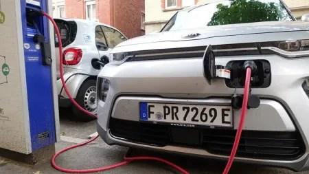 Verbot von Verbrennungsmotoren: Die Deutschen sind dafür – mit knapper Mehrheit