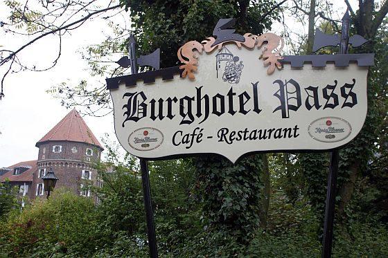 Das Burghotel Pass in Oeding/Westfalen mit seinem markanten Burgturm aus dem Jahr 1373. (Quelle: Junkers)