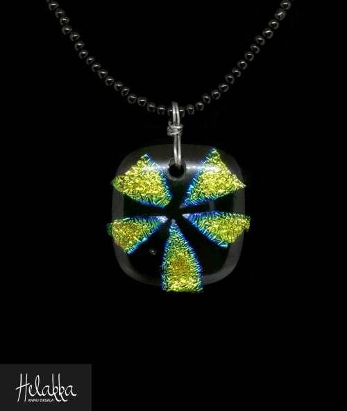 Helakka kaulakoru lasista vihreämusta
