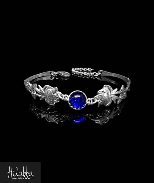 Helakka ruusurannekoru vanhasta hopealusikasta ja sinisestä lasista