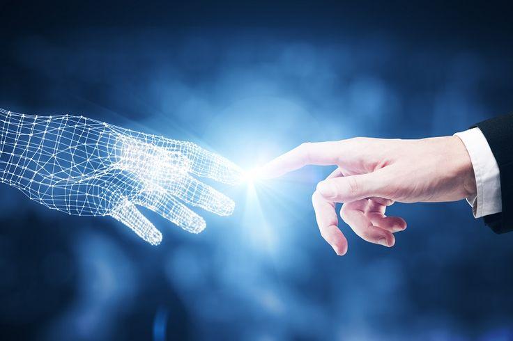 Birbirine dokunan iki el. Dijital ve gerçek.