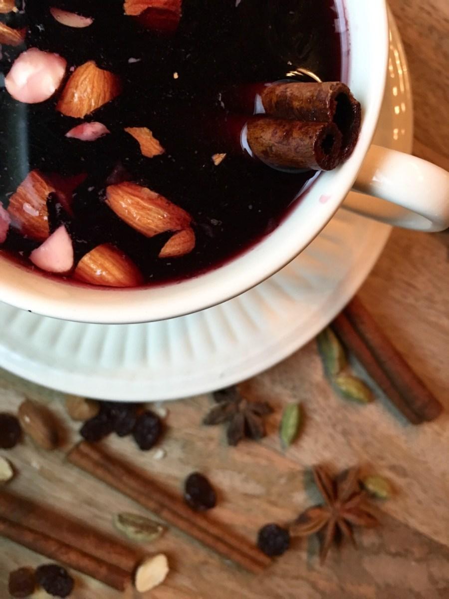 Deilig hjemmelaget gløgg med frisk og syrlig smak med av anis, kanel, kardemomme og nellik.