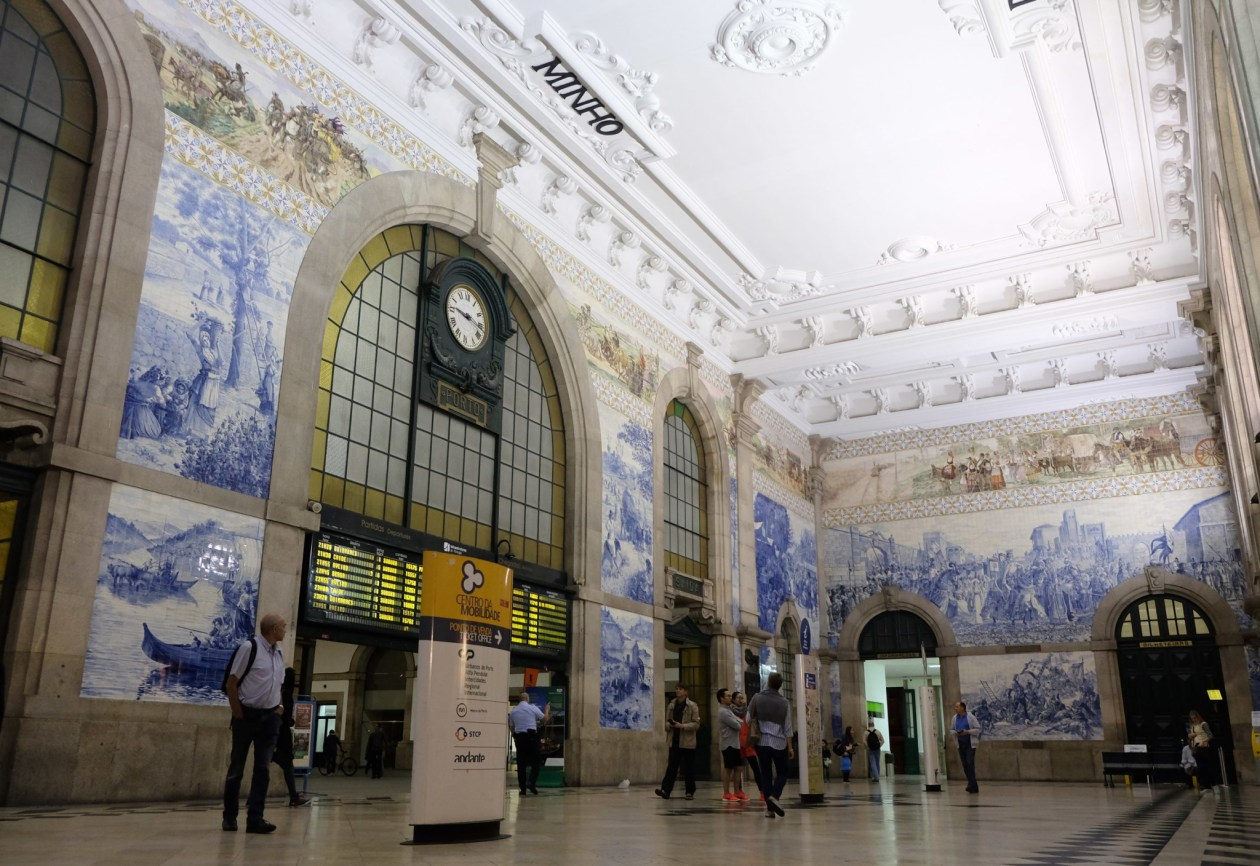The gorgeous tilework at Porto São Bento station