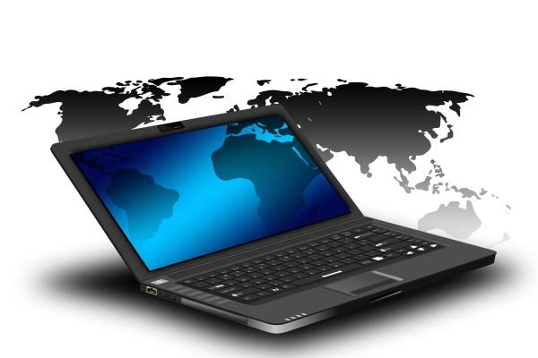 Laptop auf weißem Hintergrund mit Weltkarte