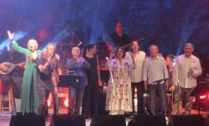 Πραγματοποιήθηκε η συναυλία << Όσοι περπάτησαν μαζί μου>> με τον Θάνο Μικρούτσικο ο οποίος υποδέχτηκε 11 τραγουδιστές