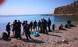 Υποβρύχιος καθαρισμός στην πλαζ Βοτσαλάκια από τους ΟΥΚ του Συνδέσμου Ελλήνων Βατραχανθρώπων , μετά από πρόσκληση του Δήμου Πειραιά