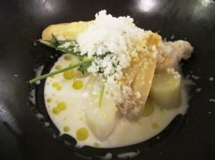 Hvite asparges med buffalo mozarella- melk og parmesansnø.