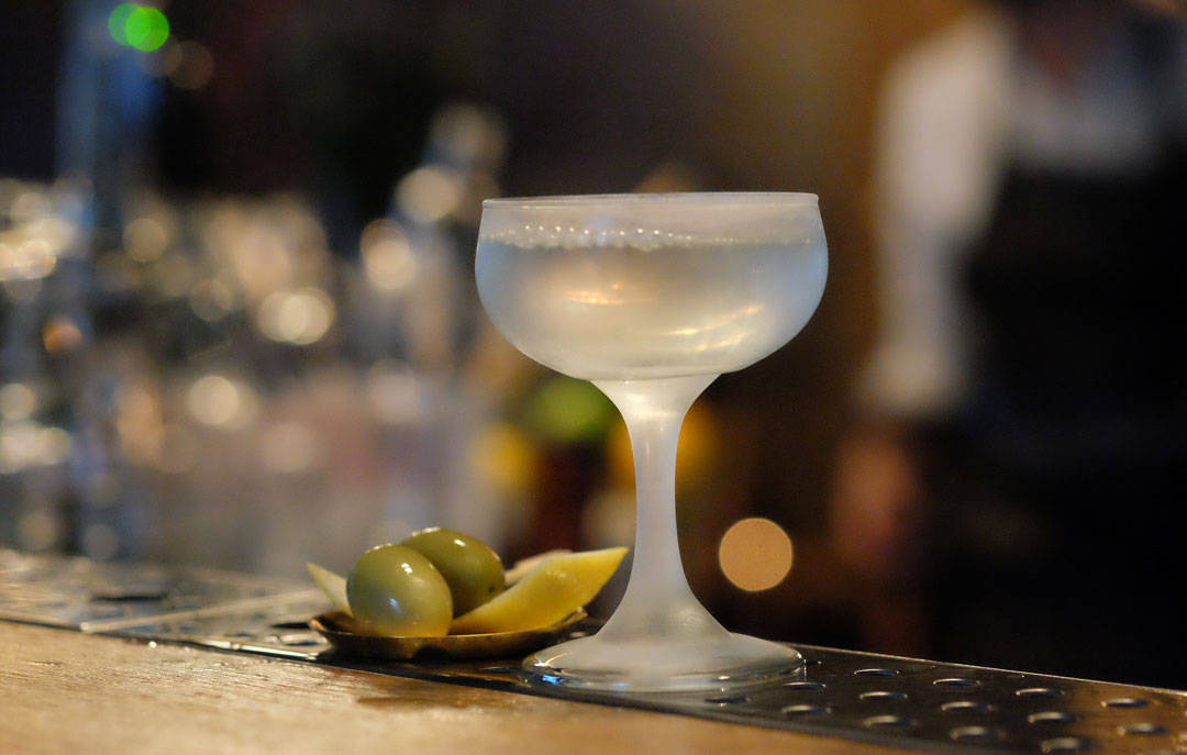 Heldig er den som får denen Dry Martinien.