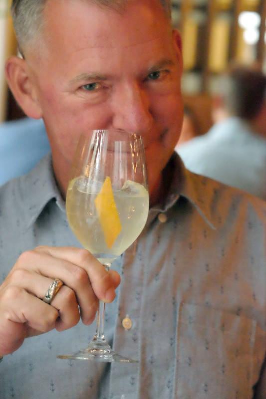 Til neste rett serveres en cocktail. Den fremstår litt søt ved første slurk, men sammen med maten er den en perfekt match. Cocktailen er laget av yuzusake, gin infusert med koriander, soda og hylleblomst.
