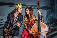 Ein Mann spielt Gitarre und einen Frau spielt Kontrabass
