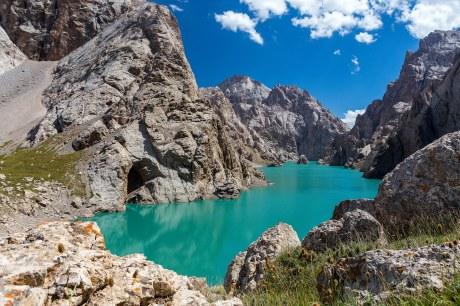 Traumhafter türkiser Bergsee in Kirgisistan