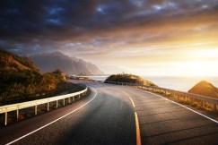 Die Küstenstraße E10 auf den Lofoten bei Sonnenuntergang