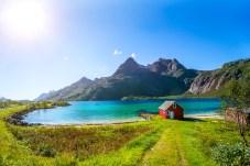 Kleines rotes Häuschen im Trollfjord