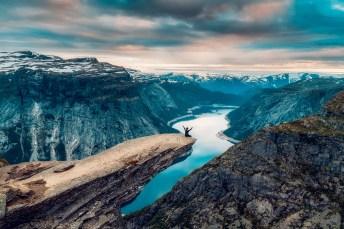 Mann sitzt auf der Trolltunga in Norwegen