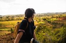 Touristen auf einem Aussichtspunkt in Viñales