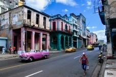 Rosa Oldtimer in den Straßen von Havanna