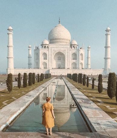 Frau vor Taj Mahal