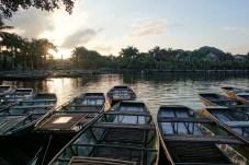 Boote bei Sonnenuntergang in Ninh Binh